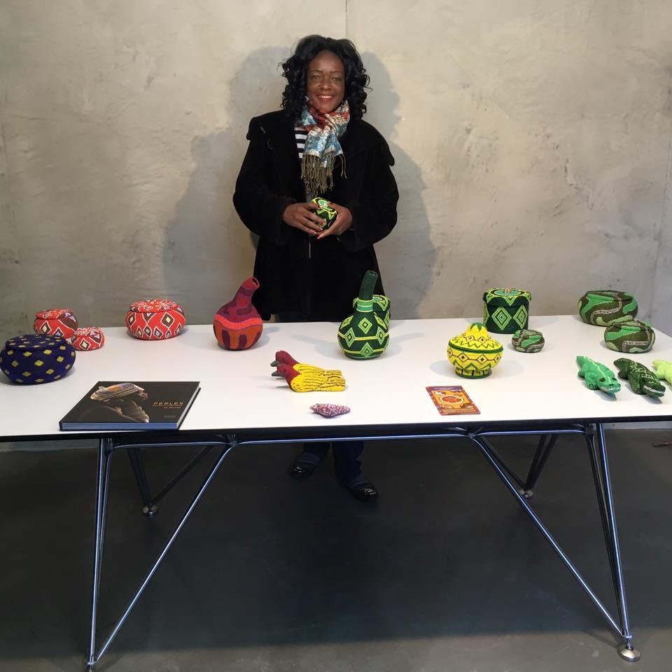 Igénie Nomba, responsable de l'atelier de perlage de la Fondation Jean-Félicien Gacha