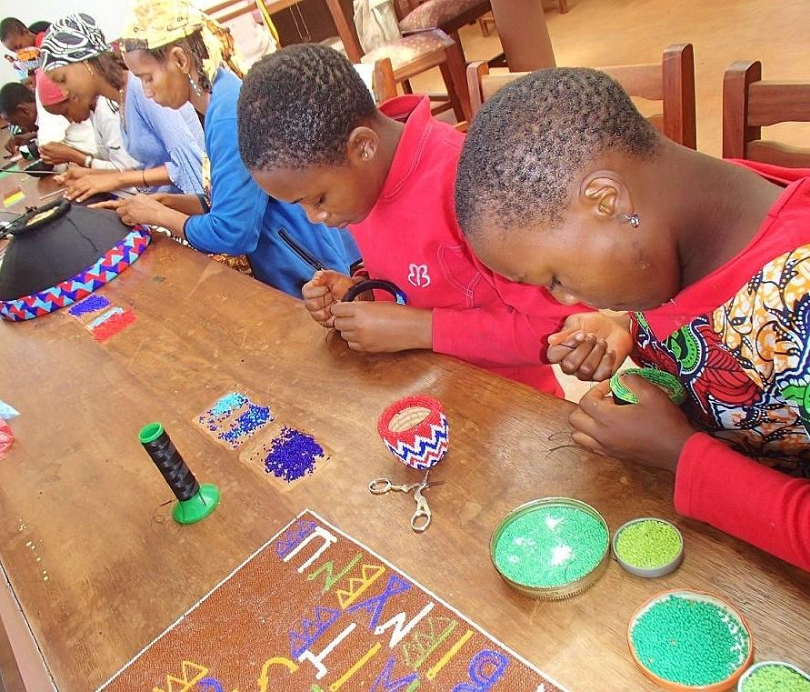 Initiation au perlage pour les enfants du programme Vacances utiles