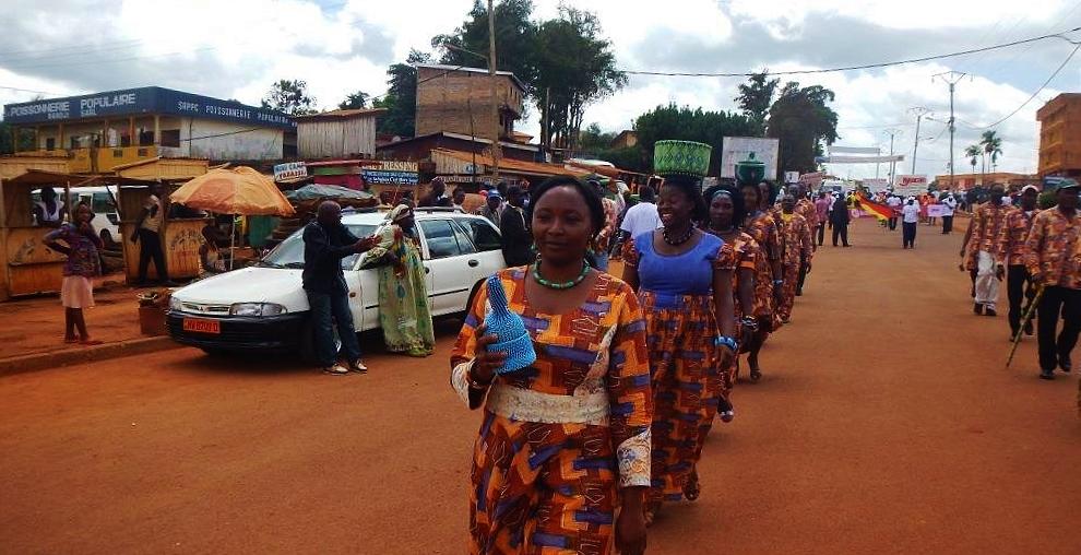 Les-perleuses-de-la-Fondation-Jean-Félicien-Gacha-défilant-dans-les-rues-de-Bangoulap