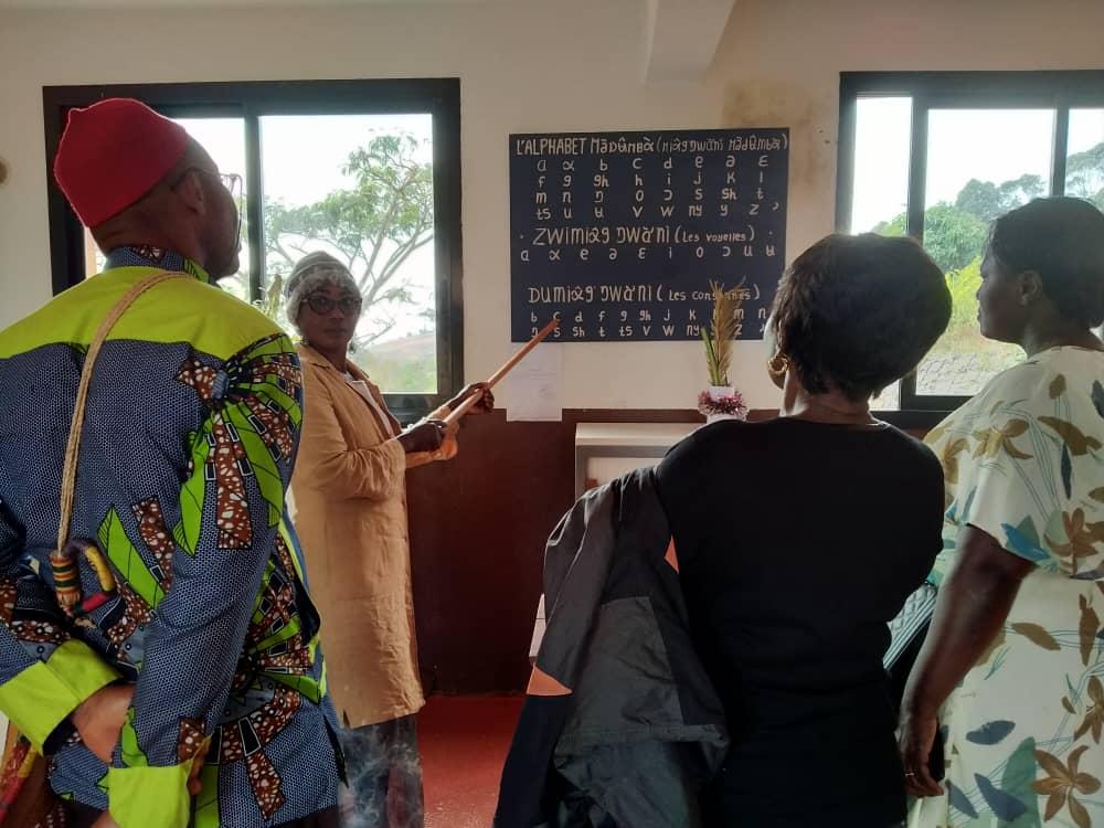 Cours d'alphabétisation en langue Medumba avec Blanche TCHAKOUNTE