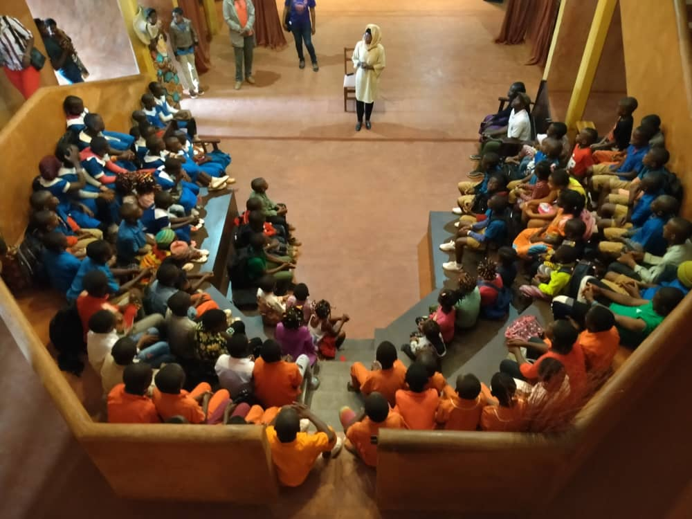 Cours d'alphabétisation en langue Medumba aux enfants du personnel avec Blanche TCHAKOUNTE